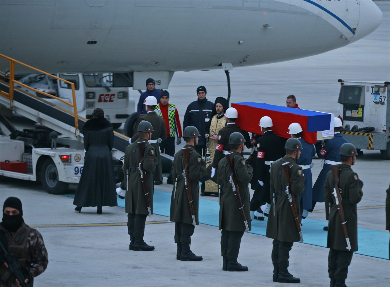 The body of the shot ambassador of the Russian Federation in Turkey with honors was delivered home