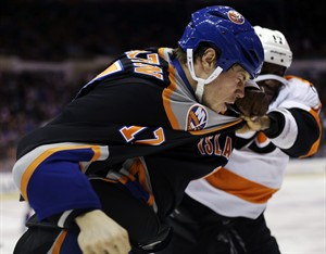 New York Islanders' Matt Martin, left, fights with Philadelphia Flyers' Wayne Simmonds during the second period of the NHL hockey game Monday, Feb. 18, 2013, in Uniondale, N.Y. (AP Photo/Seth Wenig)