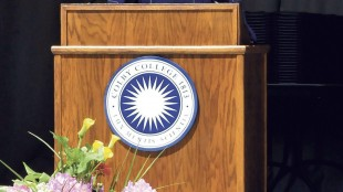 Actor and filmmaker Robert Redford speaks to graduates during the 194th Colby College commencement in Waterville, Maine on Sunday, May 24, 2015. (David Leaming/The Central Maine Morning Sentinel via AP)