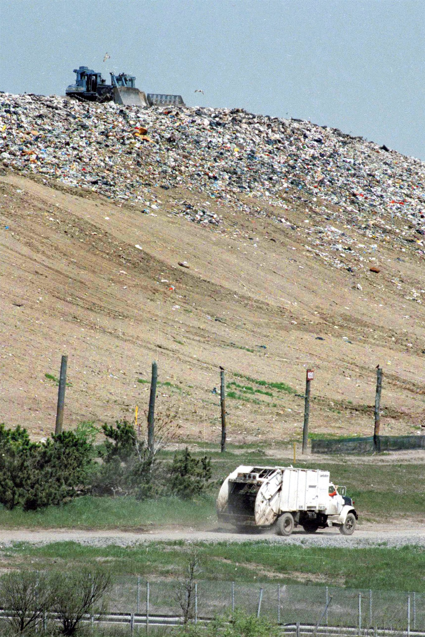 an overview of the largest landfill in the world the fresh kills landfill